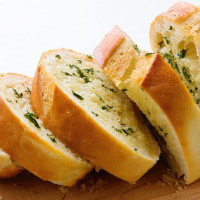 Хлеб, запеченный с луком и травами - рецепт с фото