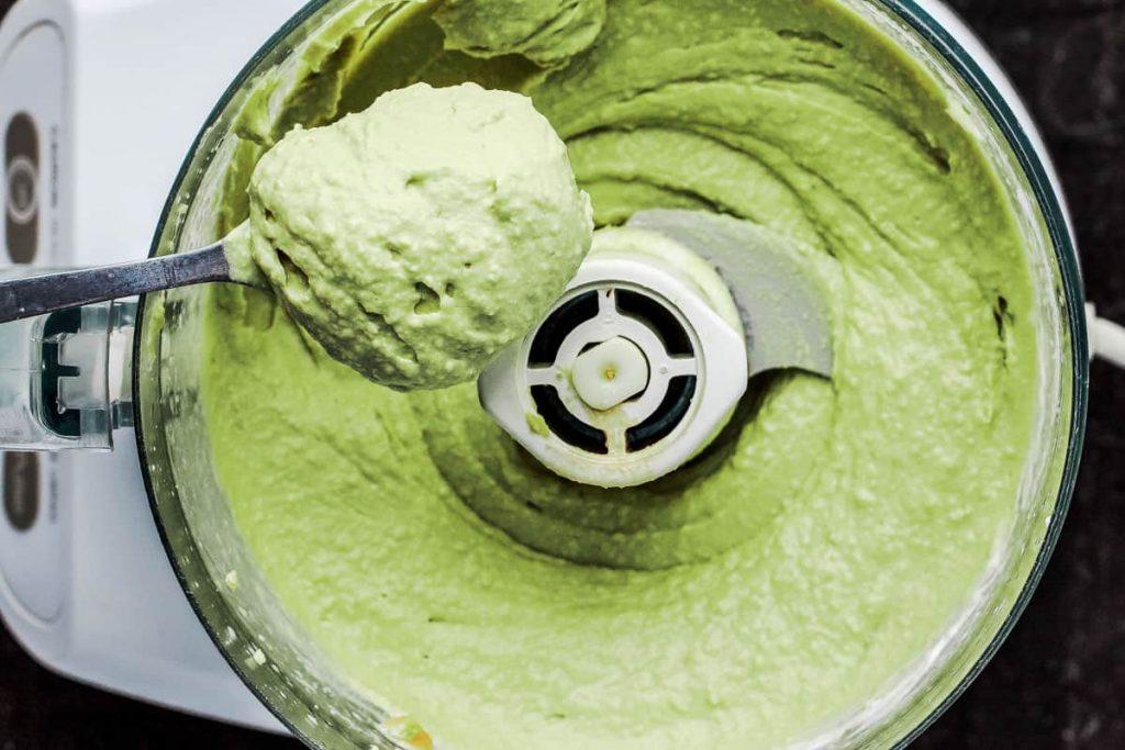 Фото рецепта - Хумус из авокадо с томатной сальсей - шаг 2