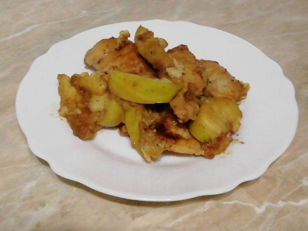 Фото рецепта - Тушеное куриное филе с яблоками и чесноком - шаг 6