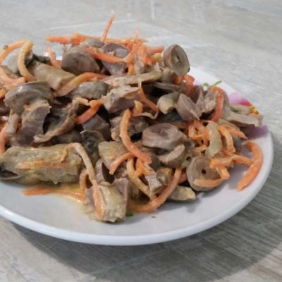 Салат из куриных желудков, сердец с морковью и грибами - рецепт с фото