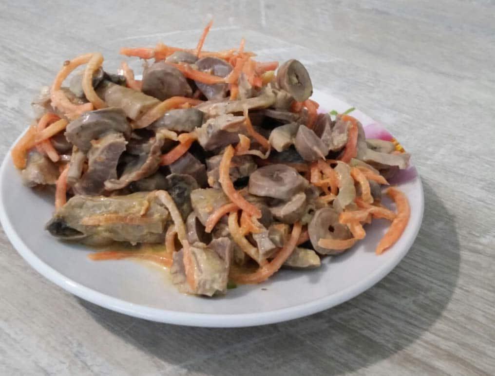 Салат из куриных желудков, сердец с морковью и грибами