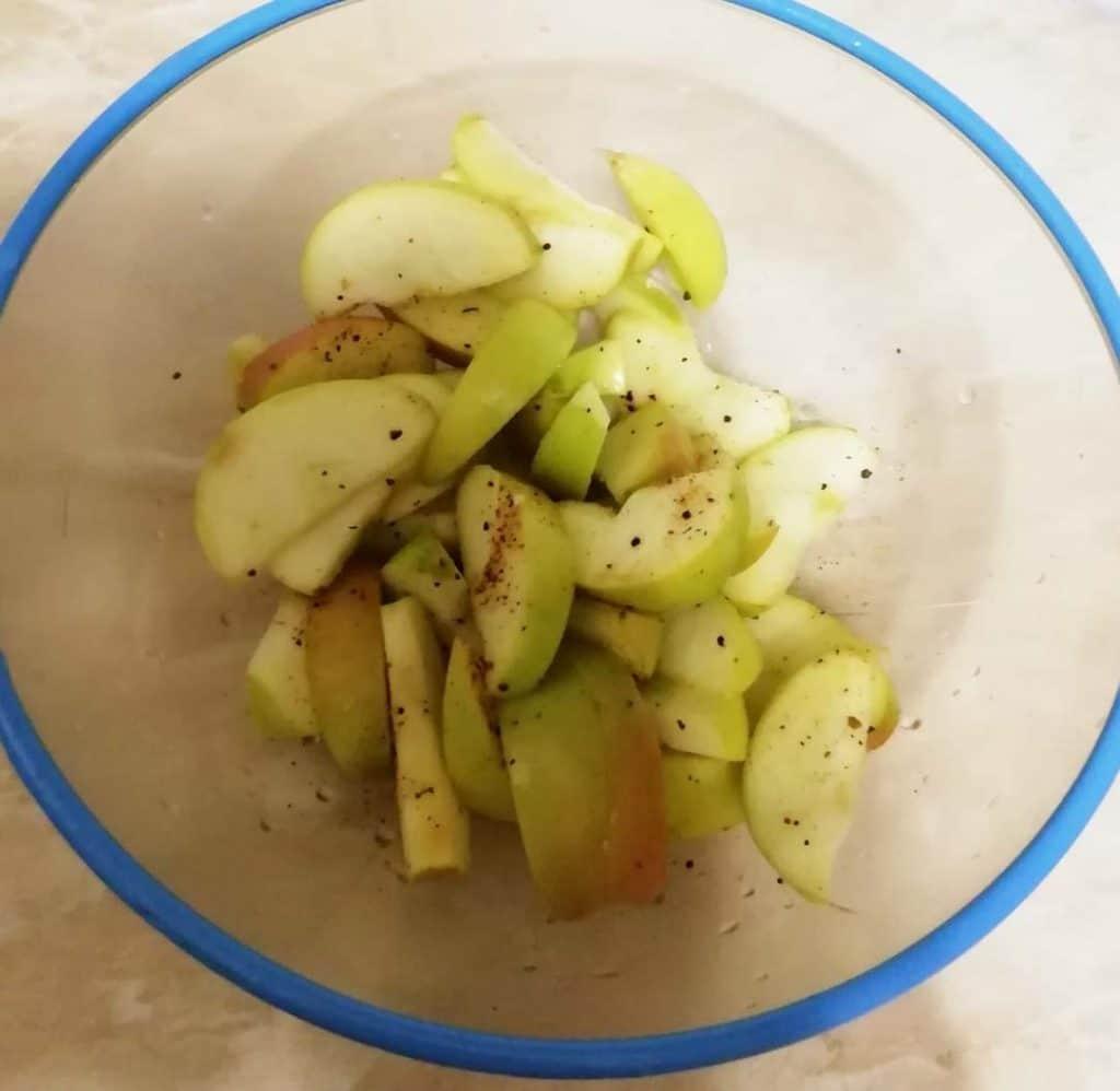 Фото рецепта - Тушеное куриное филе с яблоками и чесноком - шаг 3
