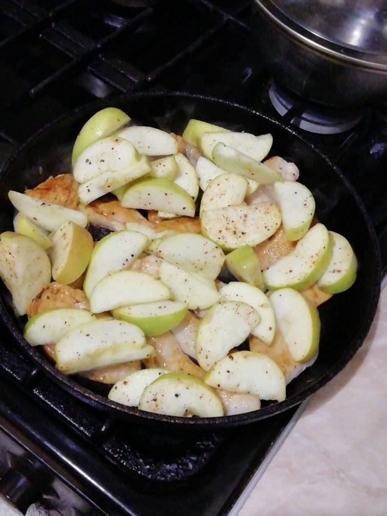 Фото рецепта - Тушеное куриное филе с яблоками и чесноком - шаг 4
