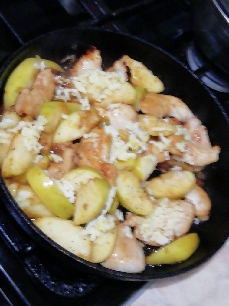 Фото рецепта - Тушеное куриное филе с яблоками и чесноком - шаг 5