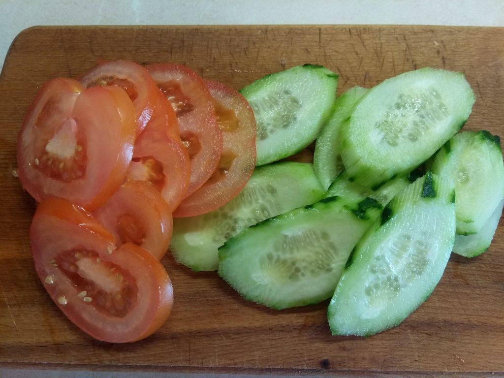 Фото рецепта - Сэндвичи из котлет, огурцов и помидоров на ржаном хлебе - шаг 3