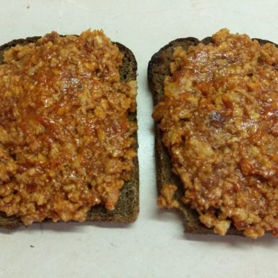 Фото рецепта - Сэндвичи из котлет, огурцов и помидоров на ржаном хлебе - шаг 2