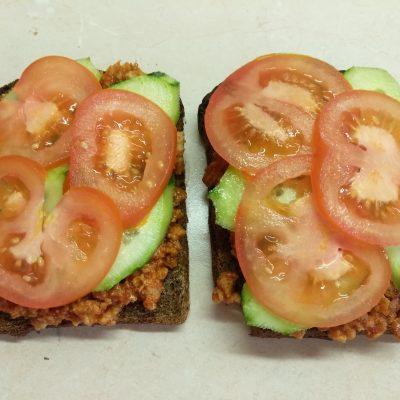 Фото рецепта - Сэндвичи из котлет, огурцов и помидоров на ржаном хлебе - шаг 4