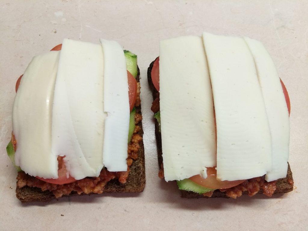 Фото рецепта - Сэндвичи из котлет, огурцов и помидоров на ржаном хлебе - шаг 5