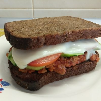 Фото рецепта - Сэндвичи из котлет, огурцов и помидоров на ржаном хлебе - шаг 6