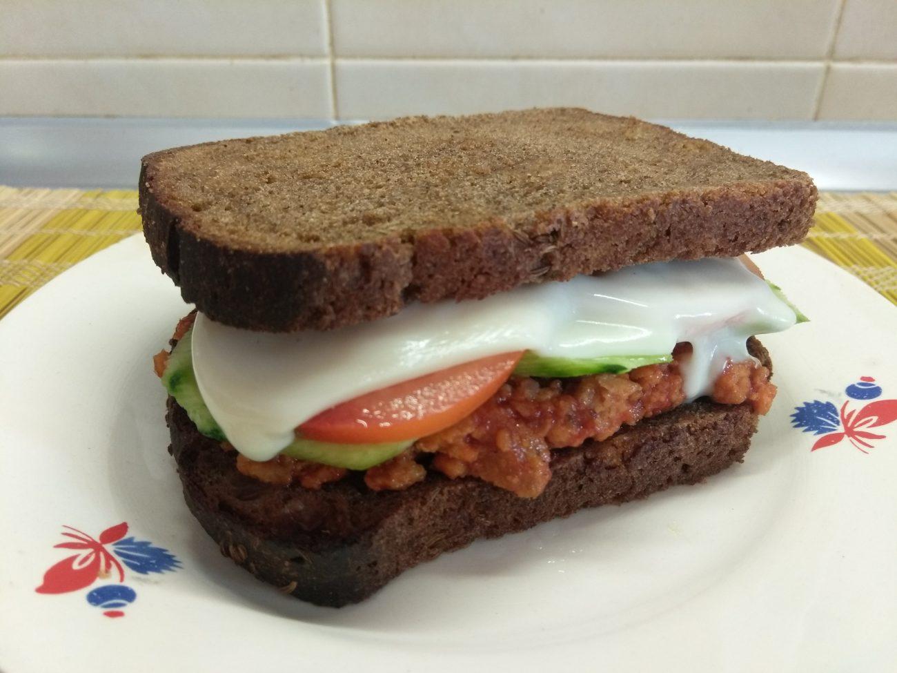 Сэндвичи из котлет, огурцов и помидоров на ржаном хлебе