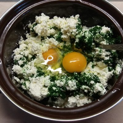 Фото рецепта - Творожная запеканка со шпинатом, морковью и сосисками - шаг 2