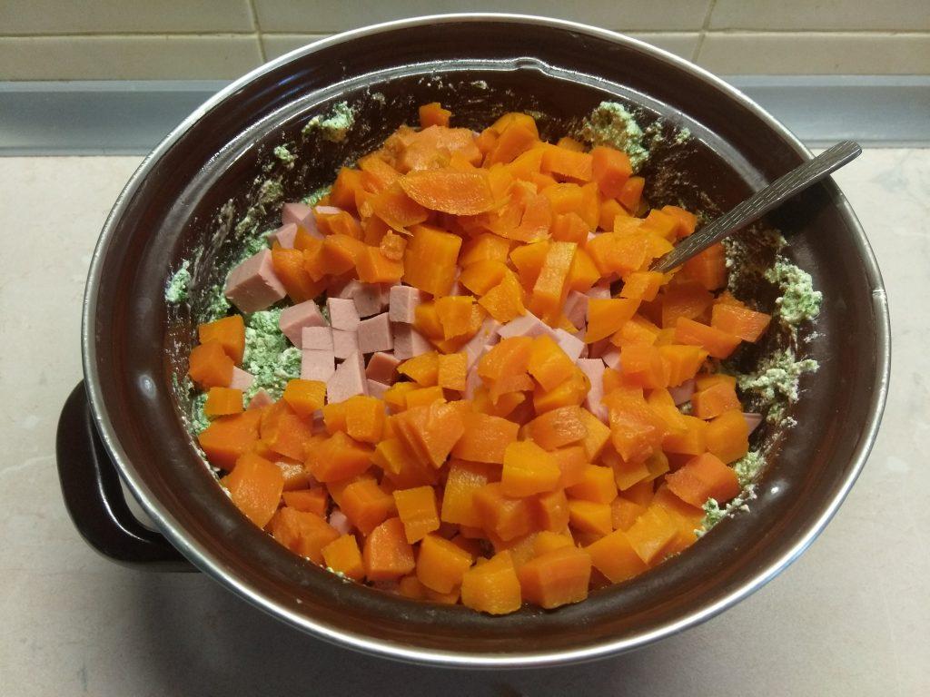 Фото рецепта - Творожная запеканка со шпинатом, морковью и сосисками - шаг 4