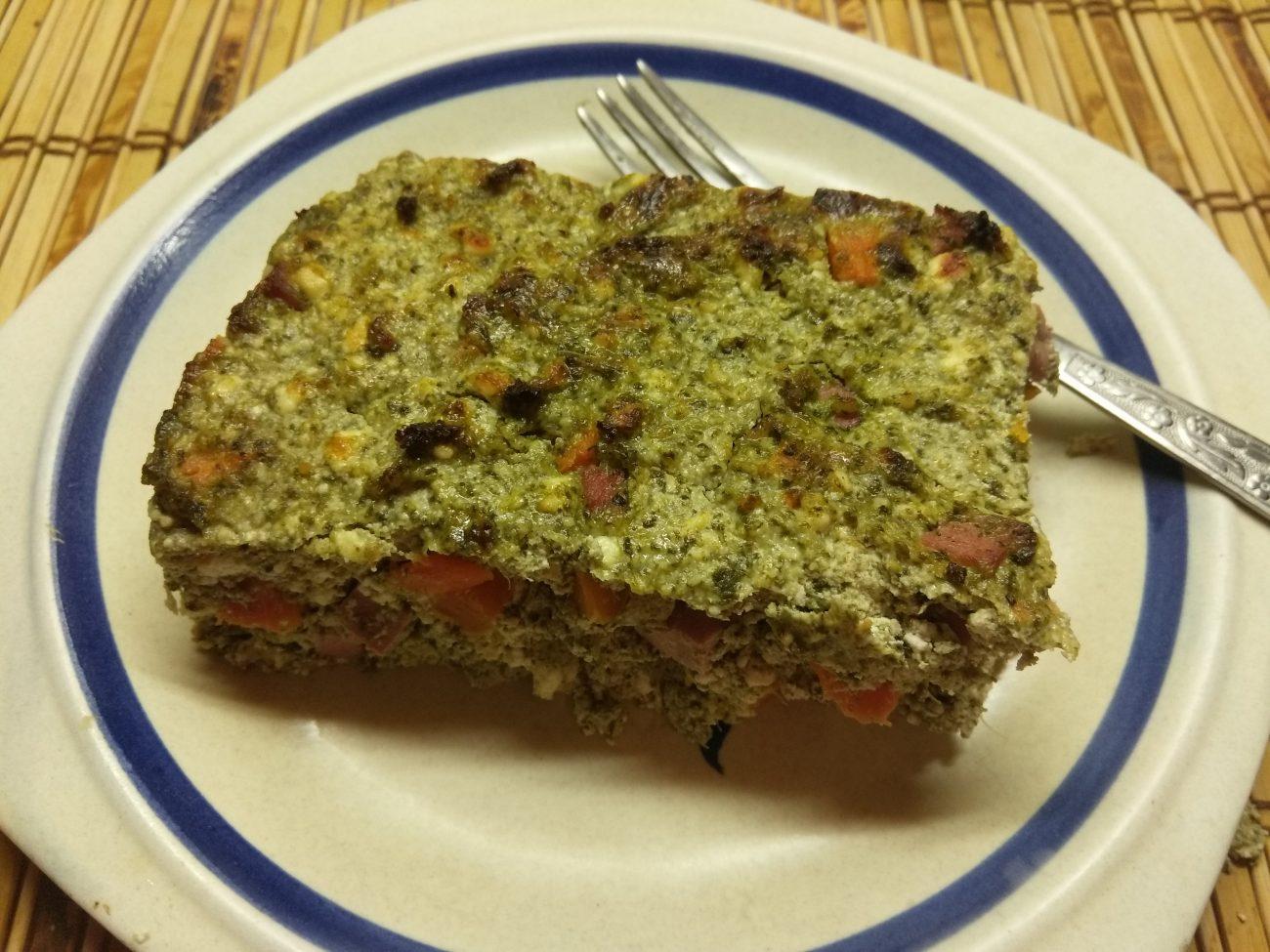 Творожная запеканка со шпинатом, морковью и сосисками