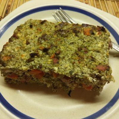 Творожная запеканка со шпинатом, морковью и сосисками - рецепт с фото
