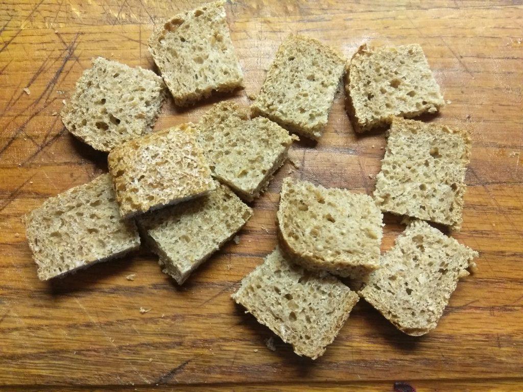 Фото рецепта - Омлет с сосисками и цельнозерновым хлебом - шаг 2