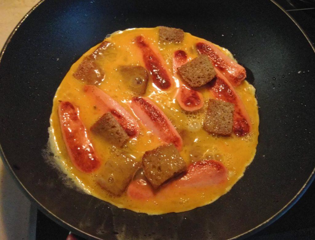 Фото рецепта - Омлет с сосисками и цельнозерновым хлебом - шаг 5
