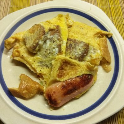 Омлет с сосисками и цельнозерновым хлебом - рецепт с фото