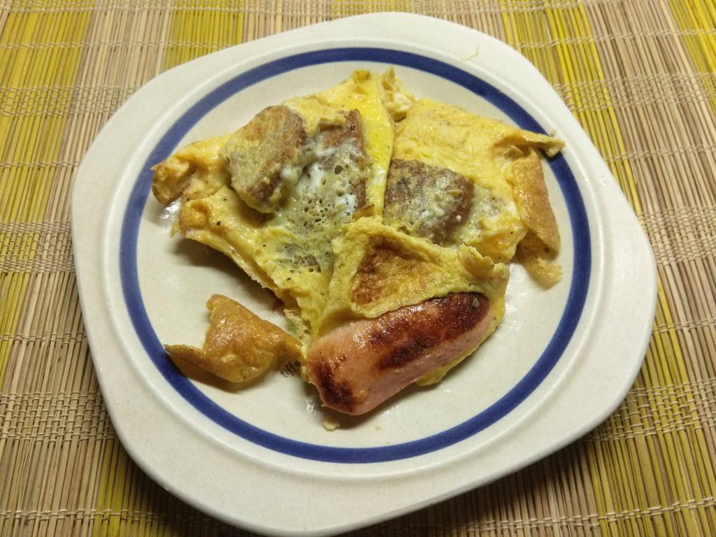 Фото рецепта - Омлет с сосисками и цельнозерновым хлебом - шаг 7