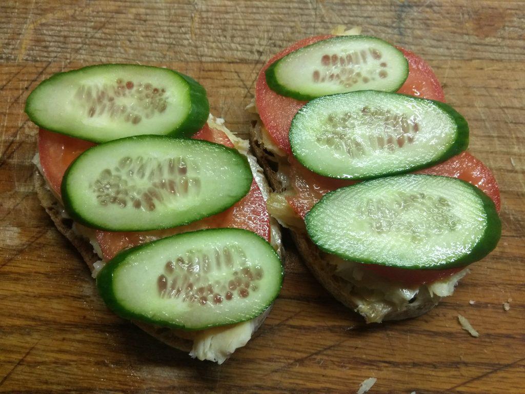 Фото рецепта - Горячие бутерброды с запеченной рыбой и овощами - шаг 5
