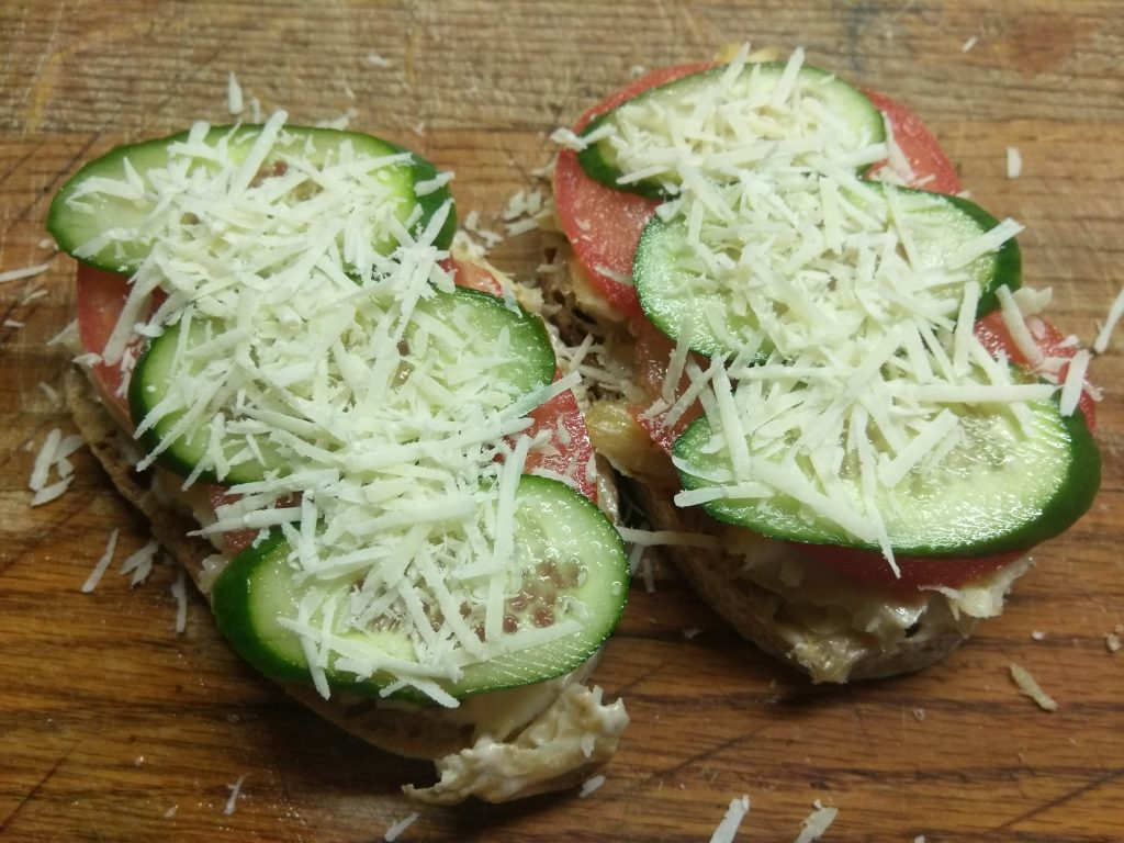 Фото рецепта - Горячие бутерброды с запеченной рыбой и овощами - шаг 6