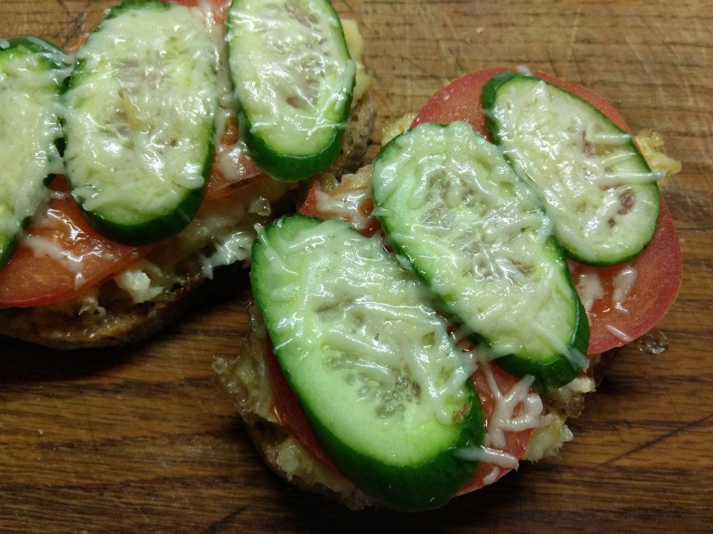 Фото рецепта - Горячие бутерброды с запеченной рыбой и овощами - шаг 7
