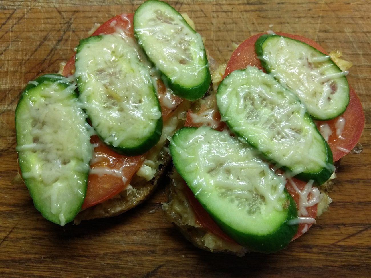 Горячие бутерброды с запеченной рыбой и овощами