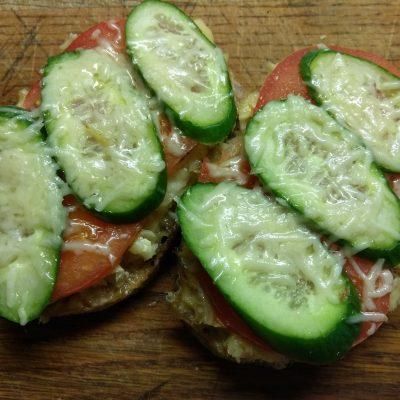 Горячие бутерброды с запеченной рыбой и овощами - рецепт с фото