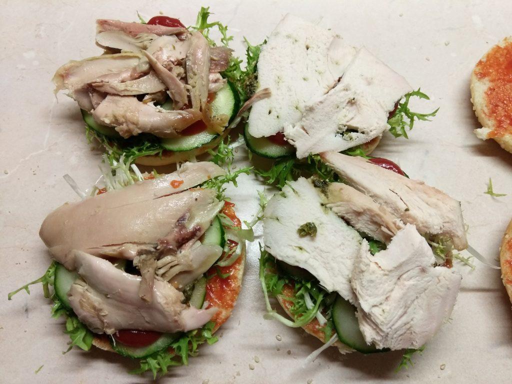 Фото рецепта - Гамбургер с куриной грудкой, салатом фризе и яйцом - шаг 3