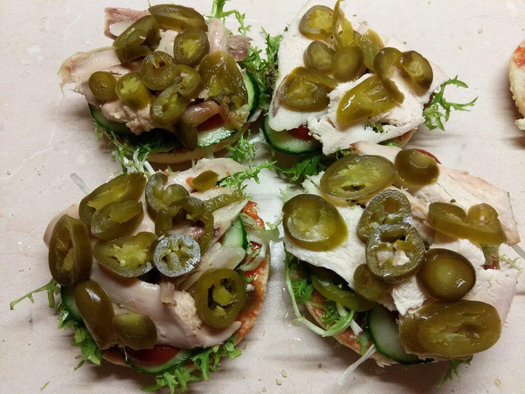 Фото рецепта - Гамбургер с куриной грудкой, салатом фризе и яйцом - шаг 4