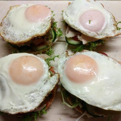 Фото рецепта - Гамбургер с куриной грудкой, салатом фризе и яйцом - шаг 5