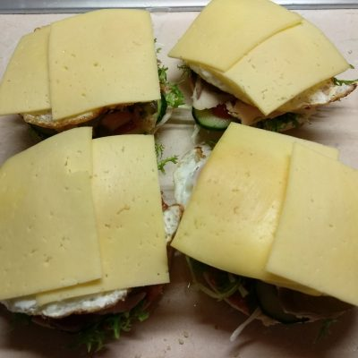 Фото рецепта - Гамбургер с куриной грудкой, салатом фризе и яйцом - шаг 6