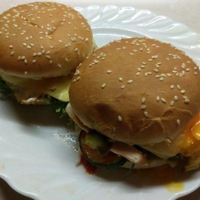 Фото рецепта - Гамбургер с куриной грудкой, салатом фризе и яйцом - шаг 7