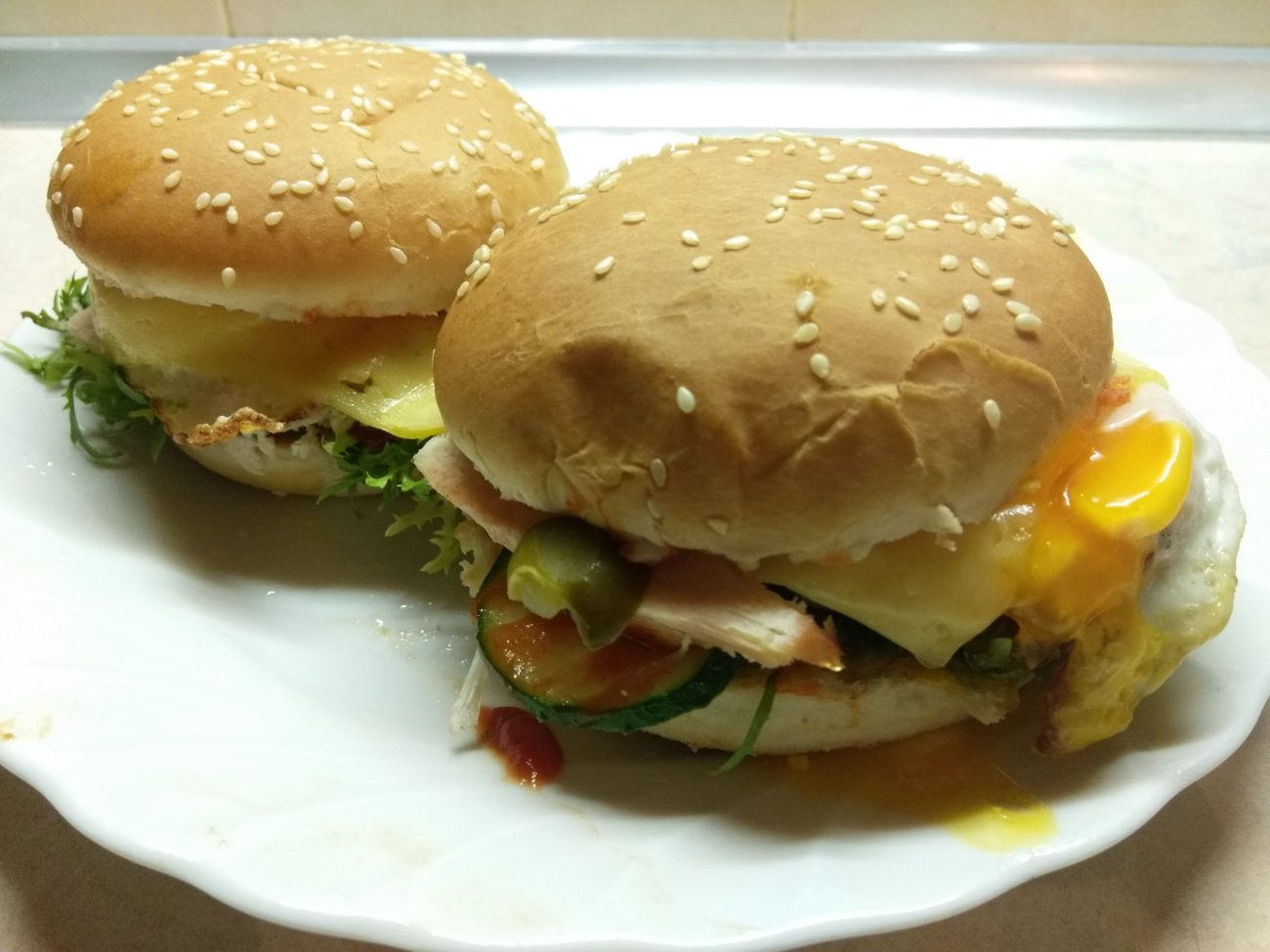 Гамбургер с куриной грудкой, салатом фризе и яйцом