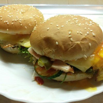 Гамбургер с куриной грудкой, салатом фризе и яйцом - рецепт с фото