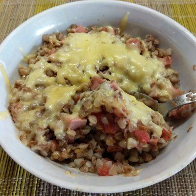 Гречневая каша с помидорами и докторской колбасой - рецепт с фото