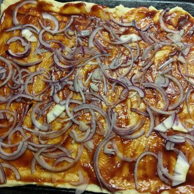 Фото рецепта - Пицца барбекю с курицей, беконом и шампиньонами - шаг 4