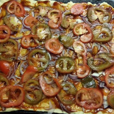 Фото рецепта - Пицца барбекю с курицей, беконом и шампиньонами - шаг 5