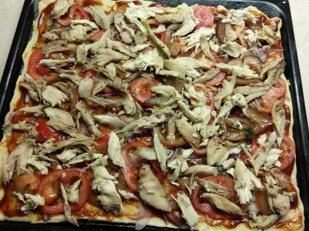 Фото рецепта - Пицца барбекю с курицей, беконом и шампиньонами - шаг 6