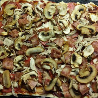 Фото рецепта - Пицца барбекю с курицей, беконом и шампиньонами - шаг 7