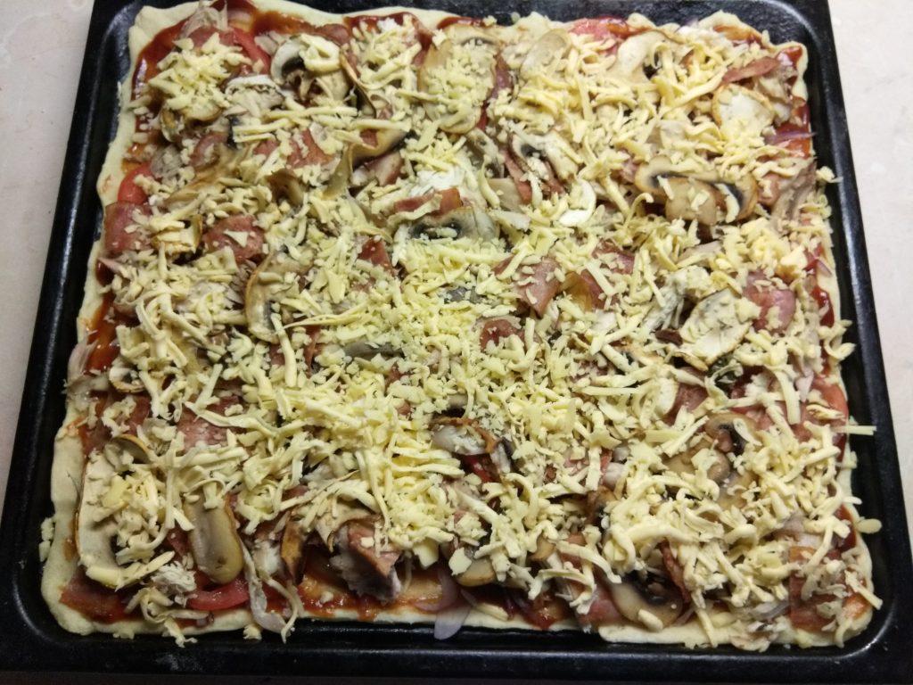 Фото рецепта - Пицца барбекю с курицей, беконом и шампиньонами - шаг 8