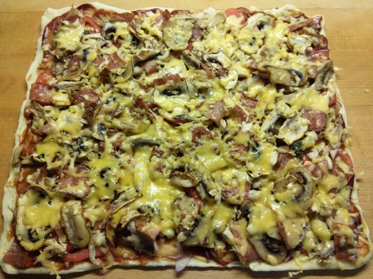 Пицца барбекю с курицей, беконом и шампиньонами