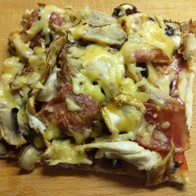 Фото рецепта - Пицца барбекю с курицей, беконом и шампиньонами - шаг 9