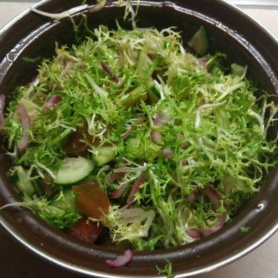 Фото рецепта - Салат с фризе, куриной грудкой, авокадо и зелеными помидорами - шаг 4