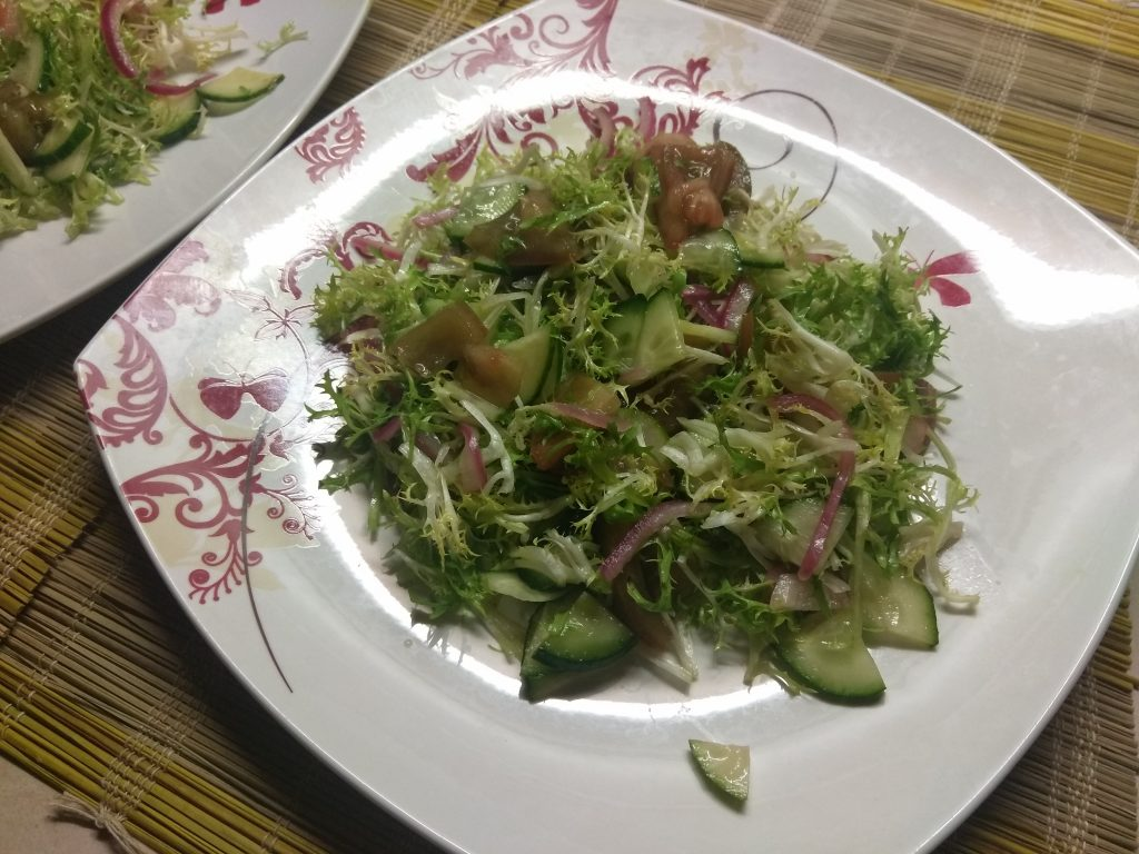 Фото рецепта - Салат с фризе, куриной грудкой, авокадо и зелеными помидорами - шаг 5