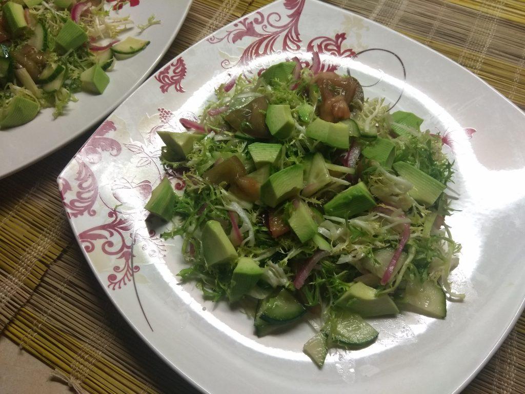 Фото рецепта - Салат с фризе, куриной грудкой, авокадо и зелеными помидорами - шаг 6