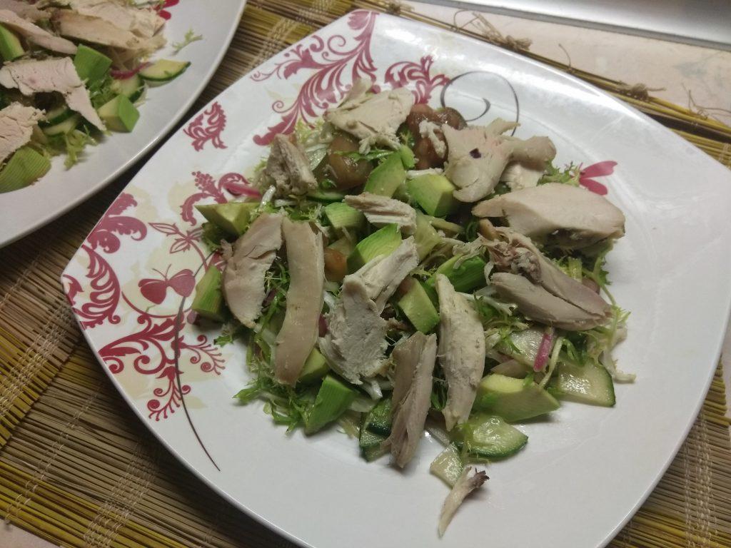 Фото рецепта - Салат с фризе, куриной грудкой, авокадо и зелеными помидорами - шаг 7