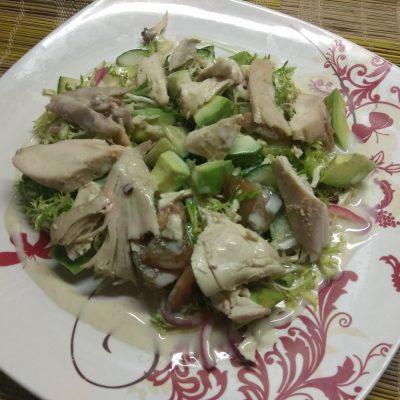 Фото рецепта - Салат с фризе, куриной грудкой, авокадо и зелеными помидорами - шаг 9