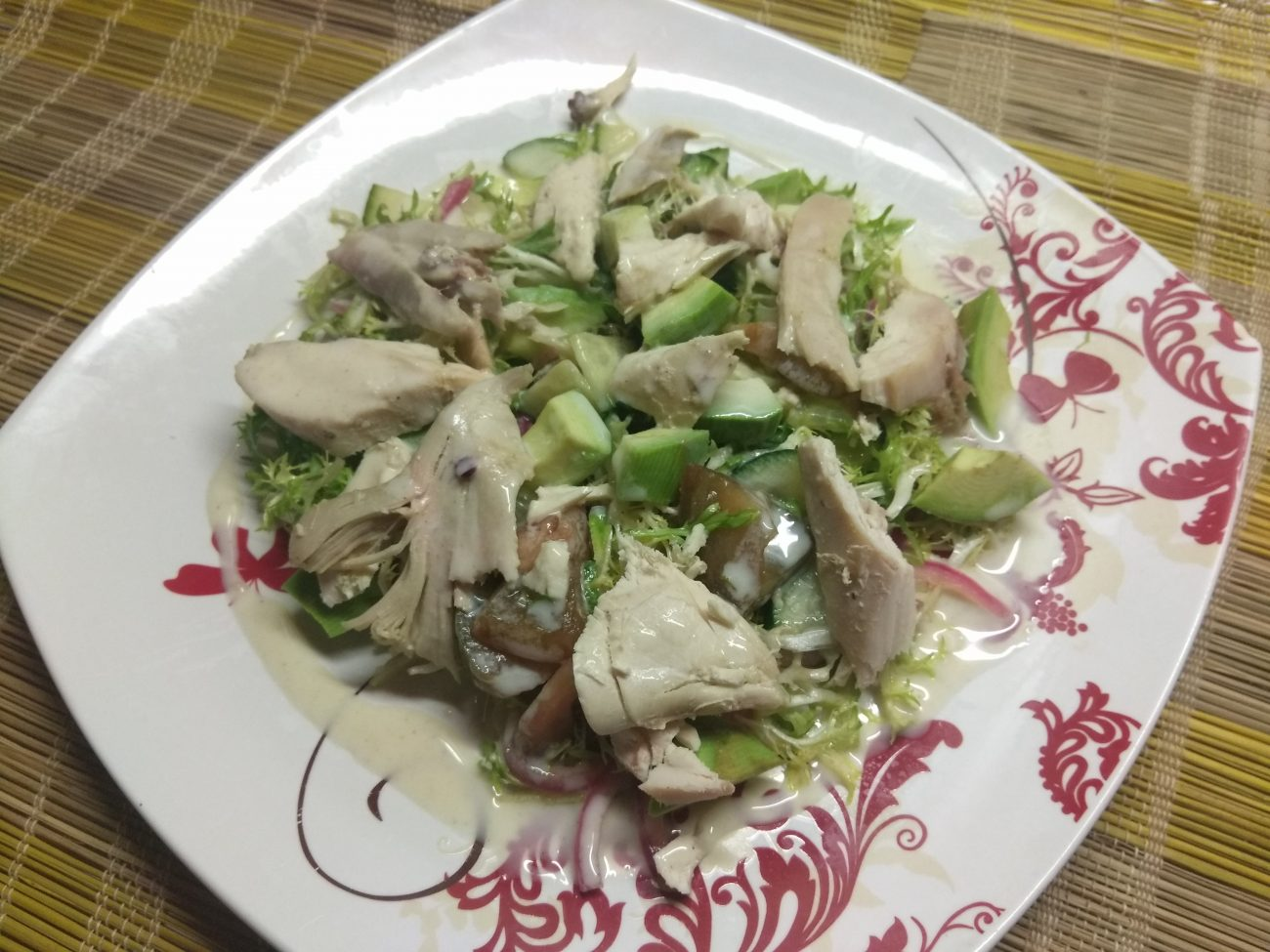 Салат с фризе, куриной грудкой, авокадо и зелеными помидорами