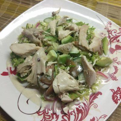 Салат с фризе, куриной грудкой, авокадо и зелеными помидорами - рецепт с фото