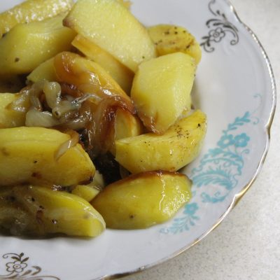 Печеный картофель со сладким карамелизированным луком - рецепт с фото
